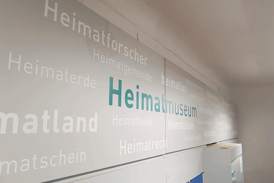 Grafikpunkt - Heimat- und Museumsverein Mauthausen, Ausstellung, Wortwolke, Wandbeklebung